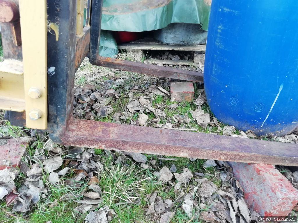 Vysokozdvich za traktor do tretiho bodu dále pak lžíci s dvoučinnou pístnicí také do třetího bodu.