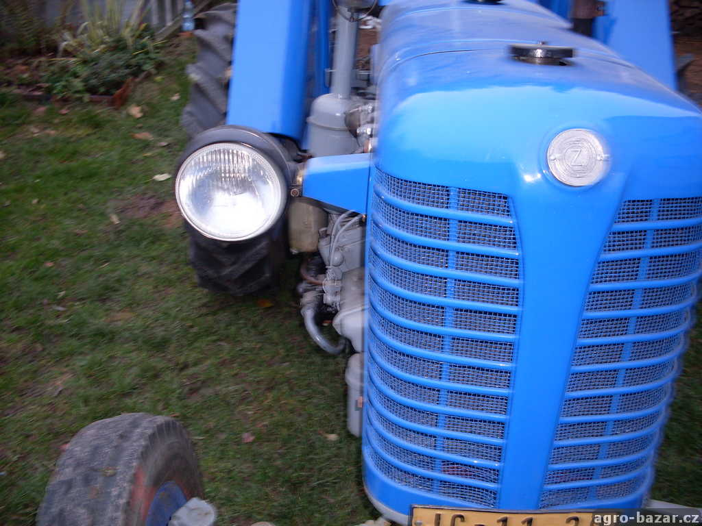 starý traktor zetor 25